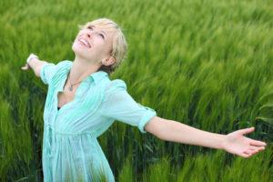 glückliche Frau dank EMDR-Selbstcoaching